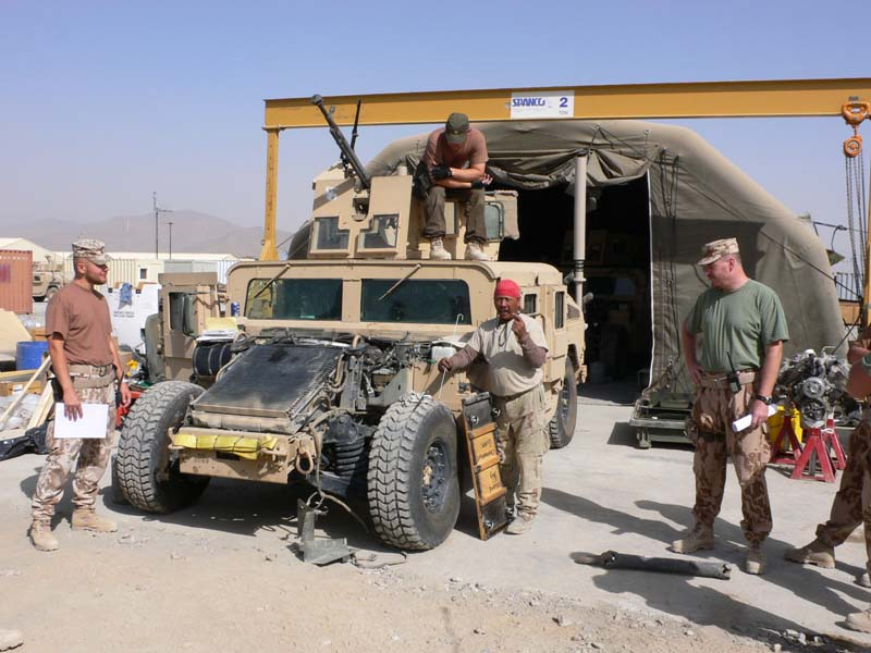 Maintenance of an Humvee in the Czech Army in Iraq