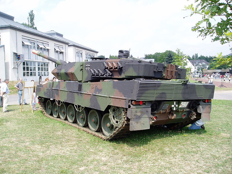 This Fooe Demonstrates The Two Techniques A 55 Ton Leopard 2 Tank Can Use To Ping Trench 11 3 Ft Or About 5 Meters Wide And