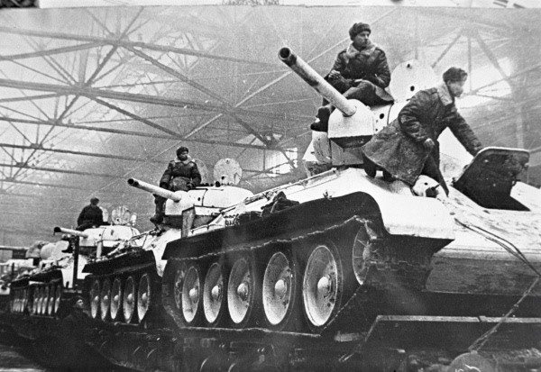 T-34 on train wagons en route to the front - Credits: Archives RIAN