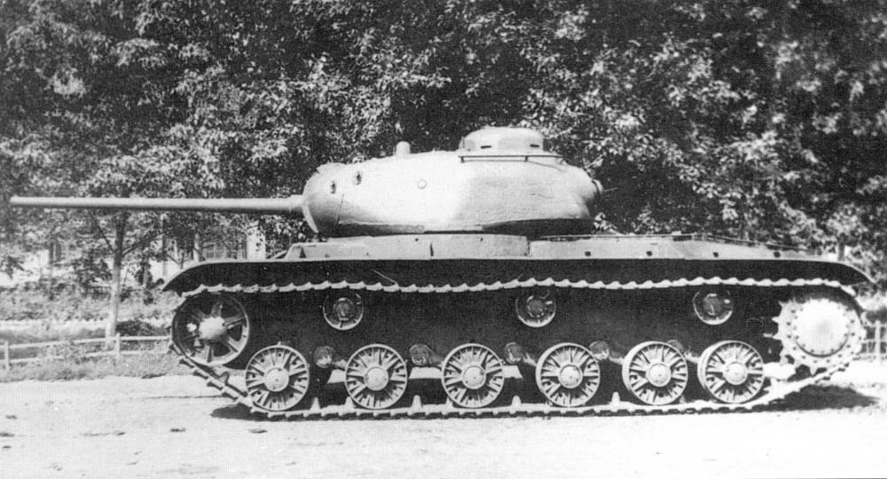A sideview of the KV-85. Here, the shape of the KV-1S hull is clear, but the IS-85 turret is even more obvious with its unique rear DT mount and commander's viewport