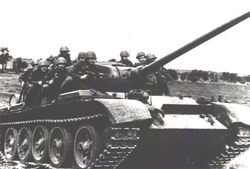 A T-44 being ridden during a training exercise, probably in the early 1950s: Notice the starfish roadwheels