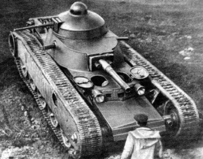 The TG-1 prototype with both a 76.2 mm (3 in) gun and a 37 mm (1.46 in) gun