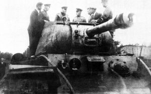A KV-122 is inspected by senior Soviet officers in 1943, note the shorter gun and more distinguishable double-baffle muzzle-brake