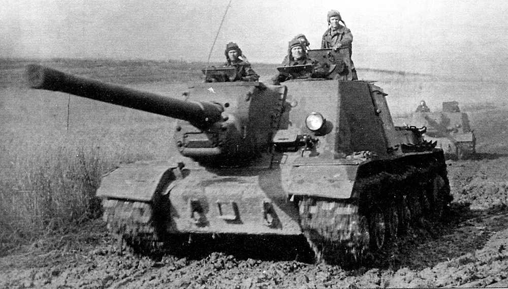 A column of ISU-122s, notice that the A-19S gun does not feature a double-baffle muzzle brake and has a heavier gun mantlet