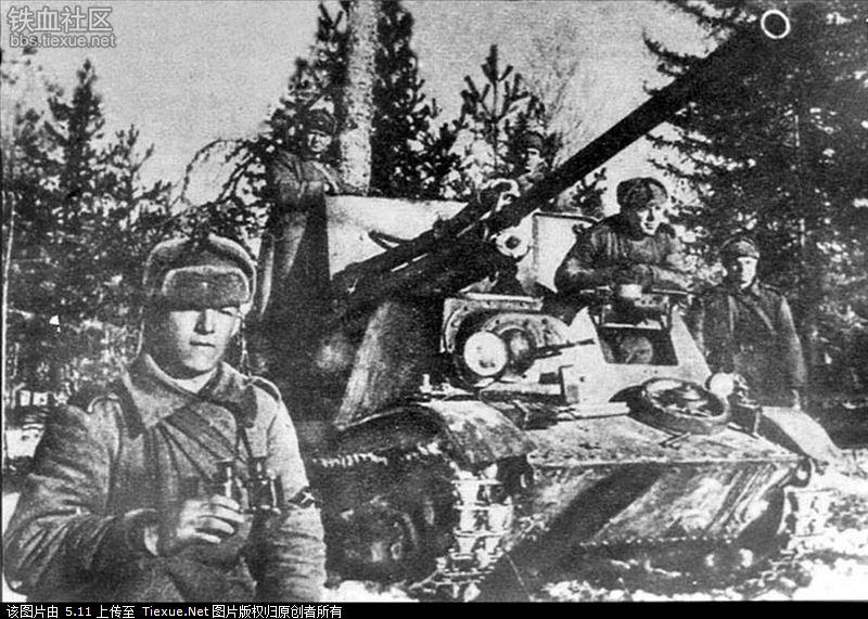 A ZiS-30 with its crew.