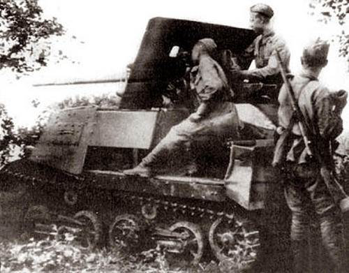 A rear view of a ZiS-30 and its crew operating it.