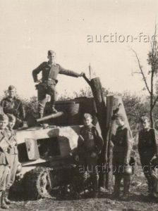 A group of Romanian soldiers pose on a knocked out KhTZ-16. This photo reveals that the gun had a firing arc. Sources have previously suggested that the gun was fixed in place.