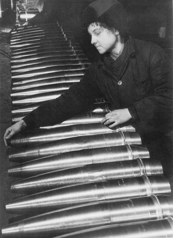 152 mm shells being prepared and verified