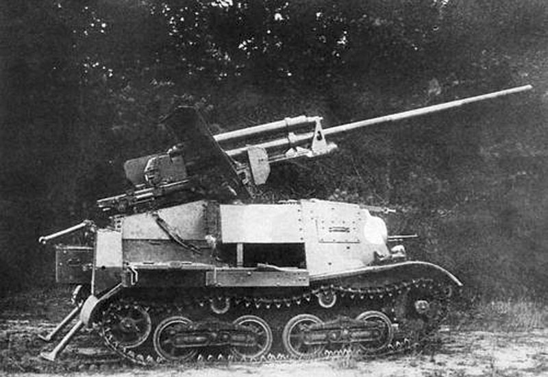 A clear view of the ZiS-30 in profile.
