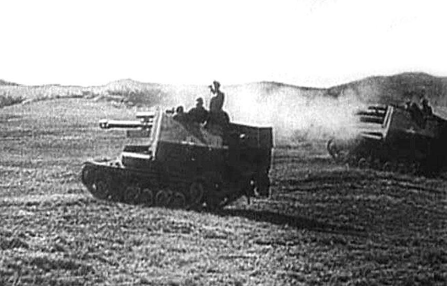 Geschuetzwagen Lorraine Schlepper(f)s firing in Normandy