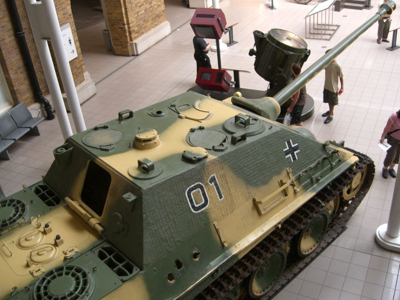Later variation of the Jagdpanther, note the 'mushroom' mount for the crane and the Nahverteitigungswaffe
