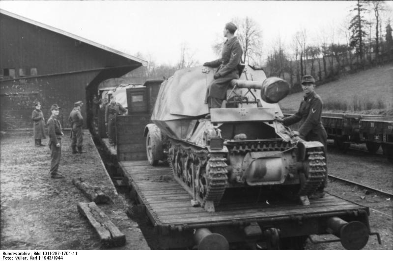 Marder I transported by rail, near disembarking - Credits: Bundesarchiv.