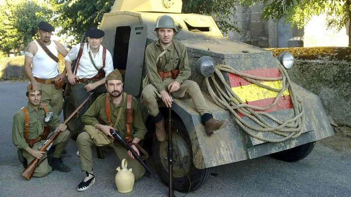 Replica UNL-35 in Nationalist camouflage with re-enactors.