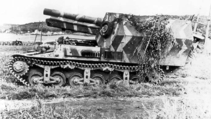 15cm sFH 13/1 (Sf) auf Geschützwagen Lorraine Schlepper(f) in Normandy with long extended large tail spade at the rear.