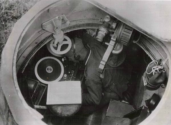 Interior of a German AAC-1937 turret. The MAC Mle 1931 machine gun is distinctive with its round drum on the side of the gun.