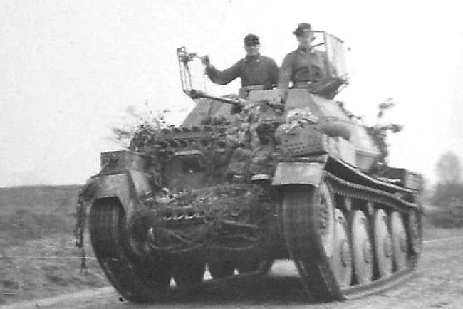 Aufklärungspanzer 38(t) 2cm KwK38 on the move