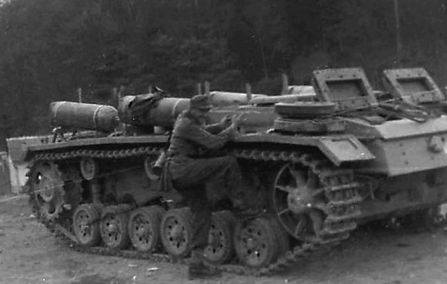 This Fahrschulpanzer III was converted to run on compressed Stadtgas. Four large gas bottles were strapped to the top of the track guard, two on each side.