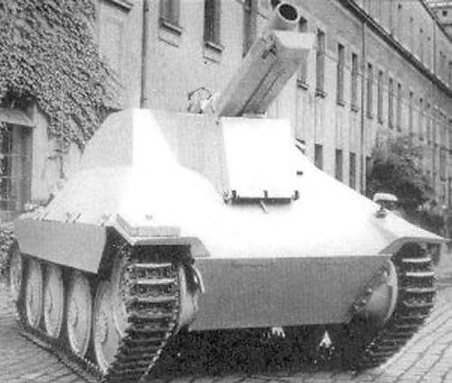 15 cm s.I.G 33/2 (Sf) auf Jagdpanzer 38(t) with gun in the firing position