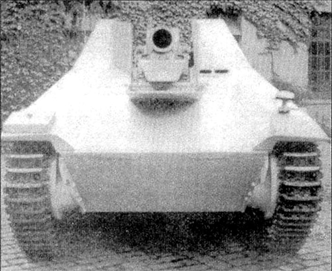 Front view of the 15 cm s.I.G 33/2 (Sf) auf Jagdpanzer 38(t)