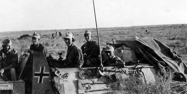 15cm s.l.G.33 auf Fahrgestell Pz.Kpfw.ll (Sf.) gun crew, driver and commander