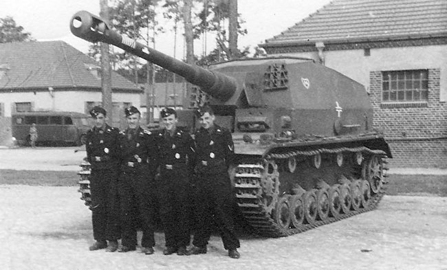 The crew of this 10.5 cm K. gepanzerte Selbstfahrlafette IVa called their vehicle Brummbaer