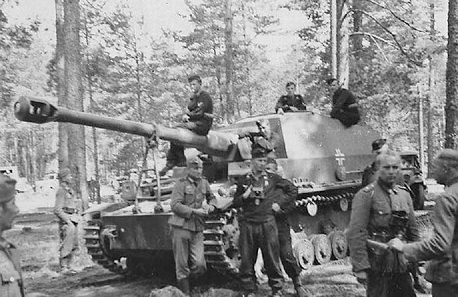 A large muzzle brake was fitted to the long 10.5cm K18 gun barrel