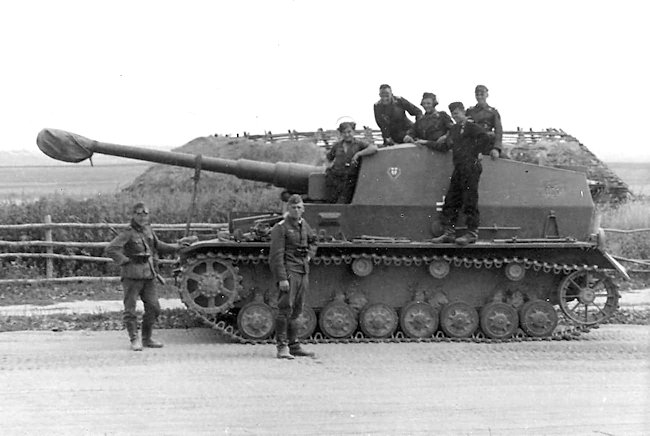 Dicker Max and crew of the Schwere Panzerjaeger Abteilung 521