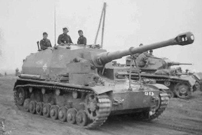 The Dicker Max had a long barrelled 10.5cm K 18 cannon to enable it to shoot shells over long distances