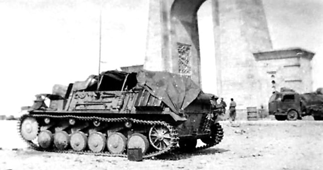 15 cm sIG 33 auf Fahrgestell Panzerkampfwagen II (Sf) with the tarpaulin pulled over the ridge frame to keep the crew in the shade