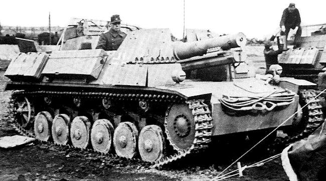 15 cm sIG 33 auf Fahrgestell Panzerkampfwagen II (Sf) being loaded with supplies