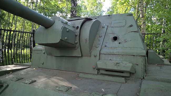 The SU-76i Soviet SPG was armed with a 76.2 mm (3 in) anti-tank gun. It is missing the additional gun shield and dust cover.