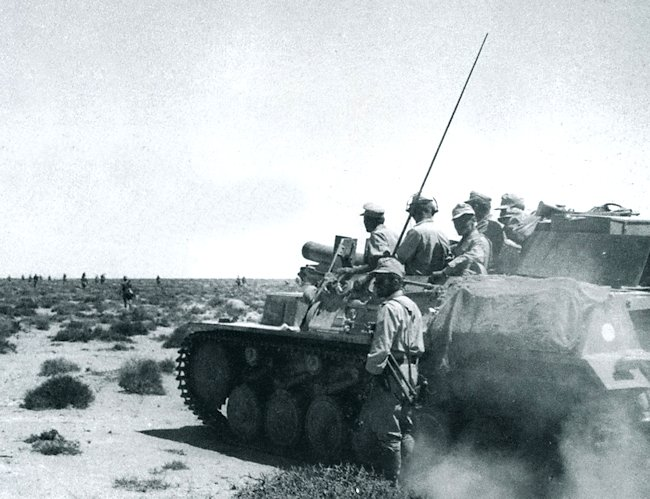 15cm sIG 33 auf Fahrgestell Panzerkampfwagen II (Sf) in North Africa with a six man crew (driver hidden from view)