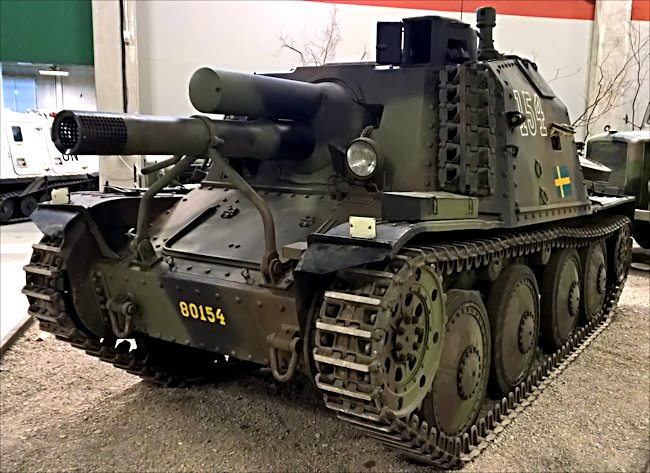 The track links stored on the side of the Stormartillerivagn (Sav) m/43 Swedish SPG gave added protection