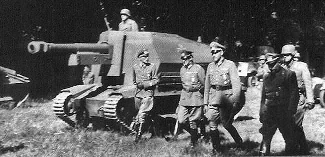 Gun crews of the 10.5cm leFH 16 auf Geschützwagen FCM 36(f) being inspected in France by senior officers.