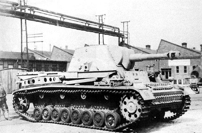 10.5cm le.F.H.18/1 L/28 auf Waffenträger IVb prototype at the Krupp-Grusonwerks factory