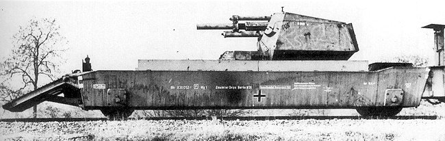 12.2cm FK (r) auf GW Lorraine Schleppe(f) on the back of an armoured train flat truck with ramps