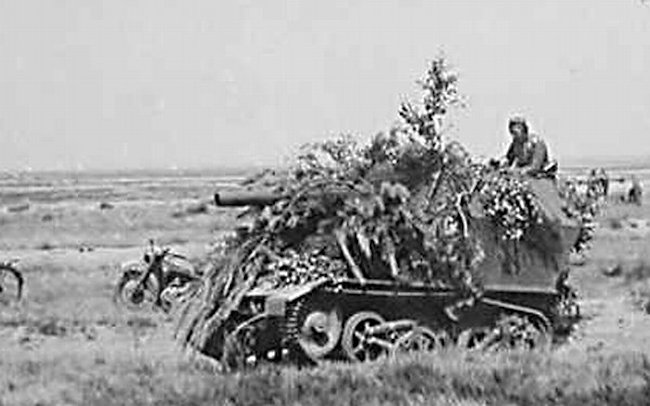 Camouflaged 10.5cm LeFH 16 auf Geschutzwagen Mk.VI(e) SPG on the Eastern Front