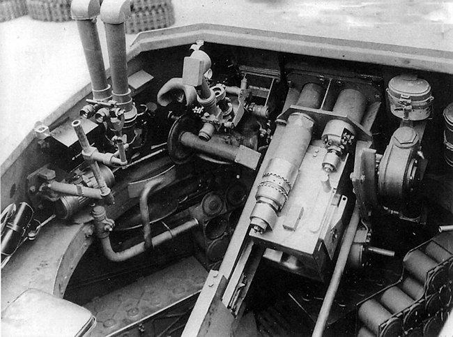 The gunner sat on the left of the gun with the commander behind him in the 10.5cm leFH 18/1 (Sf) auf Geschützwagen IVb