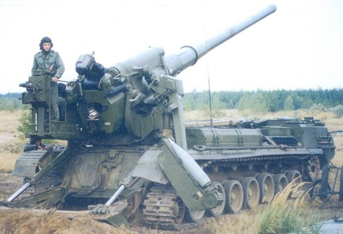 2S7_Pion_self-propelled_gun_in_Polish_service