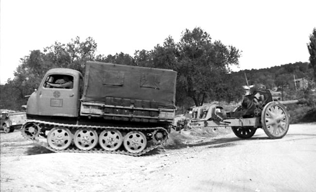 RSO/01 towing a field gun